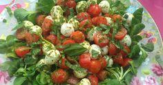Insalata caprese, veldsla, basilicum, mozzarella, tomaat, pesto - Lekker eten met Marlon