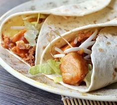 OMF's Studentenkeuken: Wraps met kipsaté Lunch Wraps, Dutch Recipes, Food Obsession, Taco, Lunch Snacks, Lunches, Health Snacks, Wrap Sandwiches, Evening Meals