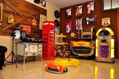 Olha que demais essa decoração retrô! Curtiu o aparador amarelo em réplica de carro ali no cantinho? Ótimo jeito de ornamentar com estilo. Adquira seu Aparador na Adoro Presentes.  #Decoração #AdoroPresentes #FrentedeCarro #MesaFrentedeCarro #DecoraçãoRetrô #Aparadores