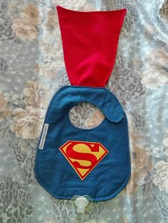 Superman baby bib with mantle Baby Boy Bibs, Toddler Bibs, Baby Toys, Baby Sewing Projects, Sewing For Kids, Superman Baby, Baby Bibs Patterns, Easy Baby Blanket, Kit Bebe