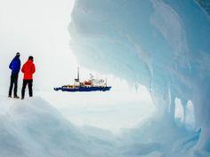 Maandag 30 december 2013: Een aantal van de opvarenden van het schip de MV Akademik Shokalskiy kijken van een afstand naar het schip. De boot zit al enkele dagen vast in het ijs op Antarctica.