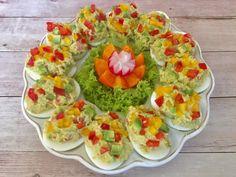 Jajka faszerowane guacamole Jajeczka nadziane pastą z awokado. Są zdrowe, pyszne i kolorowe, idealne na lekkie śniadanie, kolację lub jako przystawka na przyjęcie. Wyglądają efektownie i wybornie smakują. Polecam!   Składniki: 6 jajek 1 dojrzałe awokado 1 łyżka soku z limonki 1 mały ząbek czosnku 2 łyżki oliwy z oliwek 1 niewielki pomidor pół …