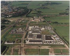 Luchtfoto van de 1e fase van het Forepark tussen Rijksweg A4 en Polderweg, gezien vanuit het zuiden met Donau, Tiber, Taag, Rijn, Donau, Theems, Elbe en Loire. Leidschendam, 1993
