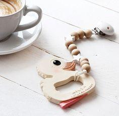 Auf dem Blog ist ein Post über Kaffee in der Schwangerschaft online - das Thema habe ich zwar vorerst hinter mir gelassen aber da ich als Kaffeesuchti hoch 10 so viel dazu recherchiert habe lag ein Post nur allzu nahe. Die Version zum Kaffeetrinken in der Stillzeit folgt bald auch. Der Link zum Blog ist wie immer in der Bio  ___________________________________________  #coffee #kaffee #schwangerschaft #kawan #hevea #duck #teether #latte #mamablogger_de #blogger_de