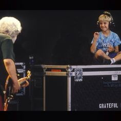 Love This SOOOOOO MUCH!!!!!!      You can feel the energy in thisღJerry Garcia playing to Grahame Lesh (Phil Lesh's son).