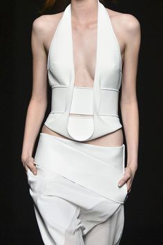 Clean structured tailoring - chic, all white fashion details // Dion Lee Spring 2014 - belt reference? Fashion Details, Look Fashion, Runway Fashion, Fashion Show, Womens Fashion, Fashion Design, Fashion Trends, Fashion Art, Haute Couture Style