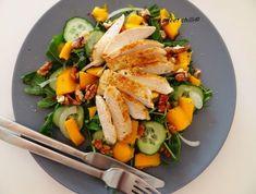 Kolejna szybka sałatka na upalny dzień. Przepis: 1 pierś z kurczaka 1 mango garść rukoli 1 mała cebula pół świeżego ogórka gar...