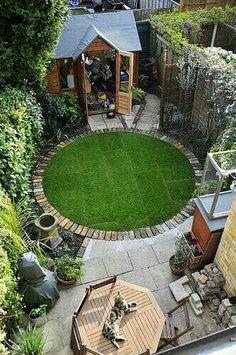 desain lapangan rumput di belakang rumah