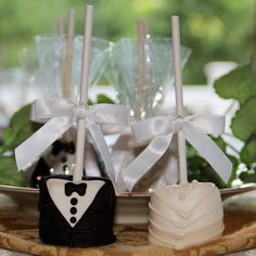 Bride & Groom Hand-Dipped Wedding Marshmallow Pops - choose from many different bow colors to match your color scheme. Easy Easter Desserts, Party Desserts, Wedding Desserts, Wedding Favors, Chocolate Dipped Marshmallows, Cute Marshmallows, Marshmallow Pops, Valentines Healthy Snacks, Unicorn Foods
