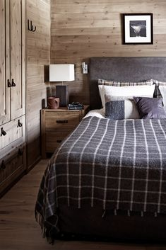 Cabin chic rooms that will inspire you to hibernate this winter 24 – Home Design Home Decor Bedroom, Master Bedroom, Bedroom Ideas, Bedroom Wall, Bedroom Apartment, Diy Bedroom, Plaid Bedding, Cabin Chic, Interior Architecture