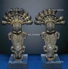 Titolo: Fibula ad ansa in oro; opera conservata al Museo dell'Alto Medioevo a Roma, Data dello scatto:1983, Referenze fotografiche: Archivio Seat/Archivi Alinari