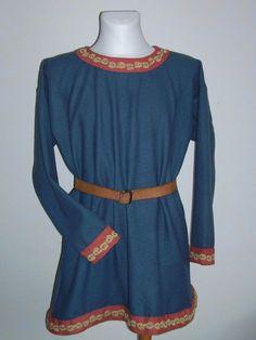 viking tunic embroidered by hand.  Tunika mit handbestickten Besätzen. Der Schurwollstoff wurde mit Indigo (blau) und mit Krapp (rot) gefärbt. Für die Stickerei wurde pflanzengefärbtes und naturfarbenes Schurwollgarn verarbeitet.