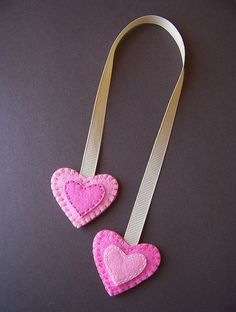 Double-sided felt heart bookmark Bookmarks make great gifts! Children can even help make these. Bookmarks Kids, How To Make Bookmarks, Handmade Bookmarks, Corner Bookmarks, Ribbon Bookmarks, Crochet Bookmarks, Valentine Crafts, Valentines, Sewing Crafts