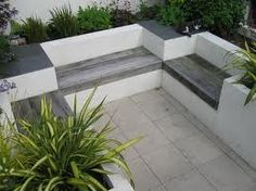 modern courtyard garden makes good use of a small space with built-in seating amongst the lush, evergreen, perennial planting Small Courtyard Gardens, Modern Courtyard, Courtyard Design, Small Courtyards, Modern Garden Design, Small Gardens, Modern Backyard, Built In Garden Seating, Lounge Seating