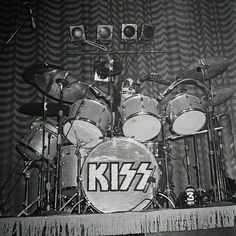 Peter Criss, Kiss Pictures, Ace Frehley, Hot Band, Rare Photos, Rock, Nfl Football, Bands, Aesthetics