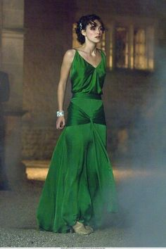 Keira Knightley (The Atonement) dress by Jacqueline Durran Keira Knightley, Vestido Audrey Hepburn, Atonement Dress, Atonement Movie, Style Vert, Emerald Dresses, Looks Chic, Movie Costumes, Green Fashion