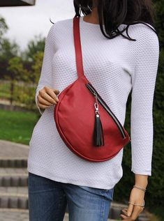 I adore simple accessories! This leather fanny pack attracts attention :) Leather Fanny Pack, Leather Pouch, Hip Bag, Fabric Bags, Fashion Bags, Fashion Clothes, Tote Bags, Crossbody Bag, Purses