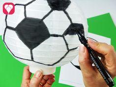 Ein Lampion wird zum Fussball Bastel Dir mit diesem einfachen Trick aus einem weißen Lampion die perfekte Fussball-Party-Deko! Auf blog.balloonas.com zeigen wir Dir, wie es geht! balloonas.com #kindergeburtstag #fussball #motto #mottoparty #party #kids #birthday #soccer #deko #decoration #diy