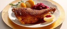 Dieses Gericht ist ein Klassiker zur Weihnachtszeit. Die raffiniert mit Honig bestrichenen Gänsekeulen sind besonders zart und saftig. Traditionelle Beilagen runden diesen Gang gekonnt ab.