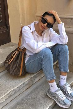Spring Bags, Spring Fashion Casual, Vintage Bar, Monogram Canvas, Bucket Bag, Mom Jeans, Louis Vuitton, Classic, How To Wear