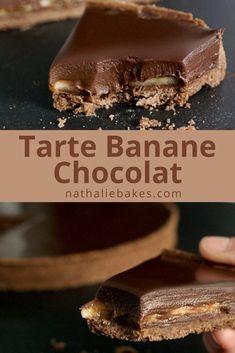 Recette facile de tarte chocolat banane: une pâte sucrée au chocolat, recouverte de bananes et d'une onctueuse ganache au chocolat. De la pure gourmandise! #nathaliebakes #nathaliebakes #chocolat #banane | nathaliebakes.com