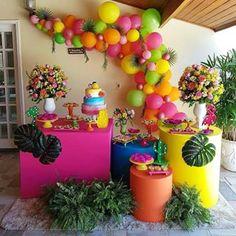 Lindíssima festa no tema Tropical! Hawaii Birthday Party, Fruit Birthday, Hawaiian Birthday, Flamingo Birthday, Luau Party, Hawaiian Party Decorations, Birthday Decorations, Birthday Party Themes, Flamenco Party