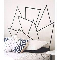 Con formas irregulares y geométricas para hacer la cabecera más cool.   19 Formas creativas para decorar tu espacio favorito con cinta adhesiva