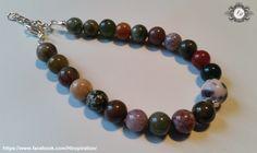 Armband besteht aus bunten, indischen Jade-Perlen