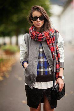 Veja como abusar de mix de estampa xadrez em seu look. Como nesse visual, com tons e tamanhos alternados, o cachecol e o casaco combinaram super bem com a saia assimétrica e o sweater preppy.