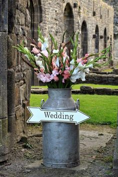 The 100 best wedding decor ideas to make your own - Hochzeit Vintage Table Decorations, Wedding Decorations, Milk Churn, Gladiolus Flower, Gladiolus Wedding, Deco Champetre, Church Flowers, Milk Cans, Milk Jug