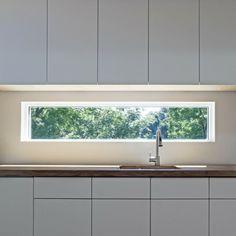 küche mit langen fenster über dem waschbecken - 41 interessante Küchenspiegel Ideen für die Wohnung