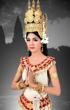 Cambodian Apsara dancer in national costume. Traditional Thai Clothing, Traditional Outfits, India Beauty, Asian Beauty, Sneha Reddy, Khmer Tattoo, Vietnam Costume, Khmer Wedding, Wedding Costumes