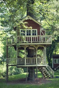 Building your little one a playhouse in the backyard will surely make them happy. There are a few things you should know before you build a playhouse for kids. Build A Playhouse, Playhouse Ideas, Treehouse Ideas, Treehouse Cottages, Cool Tree Houses, House Trees, House Deck, Tree House Designs, Shed Plans