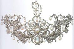 """""""Devant de corsage"""" con diamanti e perle di stile naturalistico.  Manifattura tedesca - 1710/20 - Monaco – Schatzkammer del Residenz Museum."""