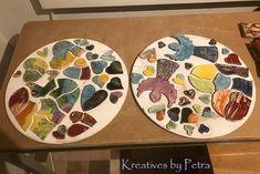 einen Blick in meinen Brennofen ;-)) bunte Fliesenstücke und Herzen für mein Mosaik in meiner Werkstatt, Buchstaben ''Kreatives by Petra'' auch für meine Werkstatt...und Schmuckschalen kreativesbypetra #Keramik #ceramik #brennofen #Glasur #glasurbrand #glaze #ton #töpfern #töpferei #plattentechnik #herzen #fliesen #engel #angel #mosaik anhänger #pflanzenschale #räucherschale #botz Petra, Plates, Tableware, Mandalas, Jewelry Dish, Mosaics, Work Shop Garage, Letters, Tile