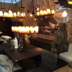 Hangende plank met kaarsen en echte verlichting.