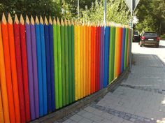 Ideas For A Garden Fence Design - Uncinetto Yard Design, Fence Design, Decoration Creche, Sensory Garden, Pallet Fence, Fence Art, Yard Art, School Design, Rainbow Colors
