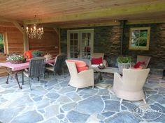 Luxe bijgebouw voorzien van stenen wand, luxe wandbekleding: CottageStone Steenstrips en Flagstones, type Blue Plakes.