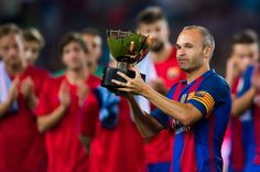 Andres Iniesta of FC Barcelona lifts the Joan Gamper trophy after the Joan Gamper trophy match between FC Barcelona and UC Sampdoria at Camp Nou on August 10, 2016 in Barcelona, Catalonia.