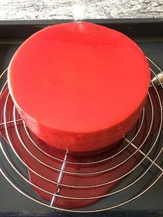 Heute habe ich den mirror glaze Überzug ausprobiert. Die Torte habe ich kopfüber gestapel, erst Käsesahne, dann die E...