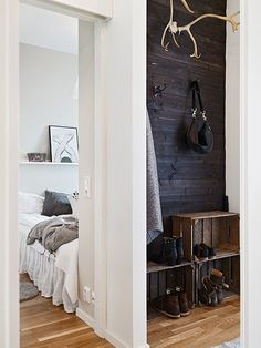 Black planked wall, apple crate storage, antlers in the entryway Decoration Inspiration, Interior Inspiration, Style At Home, Diy Shoe Rack, Shoe Racks, Crate Storage, Shoe Storage, Storage Room, Plank Walls