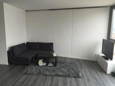 Minimalistische Wohnzimmereinrichtung In Schwarz Und Grau Schwarze Couch Flauschiger Teppich Couchtisch Mit Bchern
