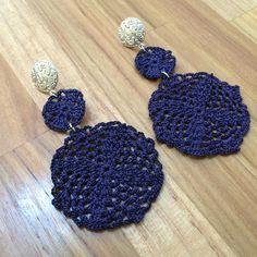 Brinco de Crochê Santina marinh REF:0011 Crochet Jewelry Patterns, Crochet Accessories, Fabric Jewelry, Beaded Jewelry, Crochet Crafts, Knit Crochet, Jewelry Gifts, Handmade Jewelry, Crochet Fashion