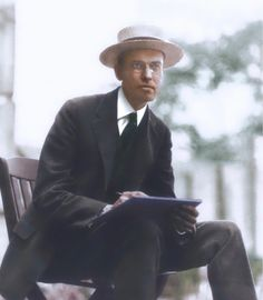 Edward Hopper sketching in Paris, 1907.    https://painters-in-color.tumblr.com/image/130395804492
