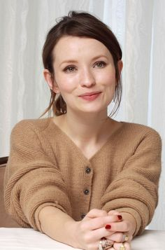 emily browning, dewy natural makeup with smudgy eyes