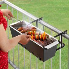 Balkongrill Bruce: il barbecue da balcone. Su Design-3000.de potrete acquistare il Balkongrill Bruce, un piccolo barbecue da balcone: si aggancia come un vaso alla ringhiera e si riempie di brace. Quando il party in balcone è terminato il barbecue in lamiera di acciaio può essere utilizzato come porta-vaso per le vostre piante.