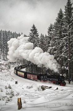 Tyle jest w Naszej Ojczyźnie pięknych kolejowych tras... czas pomyśleć o takich pociągach jak ten na tej wspaniałej fotografii.