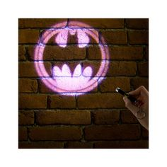 Batman Projection Torch The perfect weapon against evil-doers… The Bat Signal. Call Batman to your location immediately with this projection torch. Squeeze the button on the side of the torch to project the bat s Batman Logo, Superhero Logos, Gadgets, Bat Signal Light, Batman Signal, Dc Comics, Design3000, Knight In Shining Armor, Dark Knight