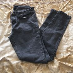 Back to school Forever 21 skinnies 📚 Forever 21 gray skinny jeans. Second picture shows true color. Perfect addition to your closet. Good condition Forever 21 Jeans Skinny