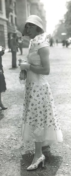 Longchamps, 1929 vintage fashion style photo print ad street dress dat white floral dots gloves hat matching shoes 20s 30s